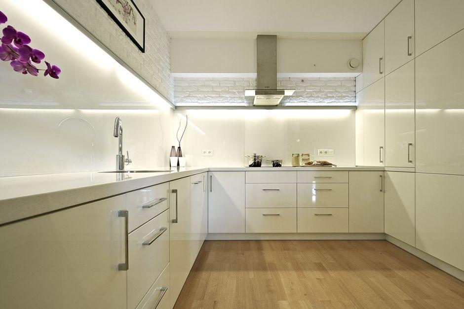 Mała jasna kuchnia z białą cegłą  aranżacje małych kuchni   -> Kuchnia Jasna Meble