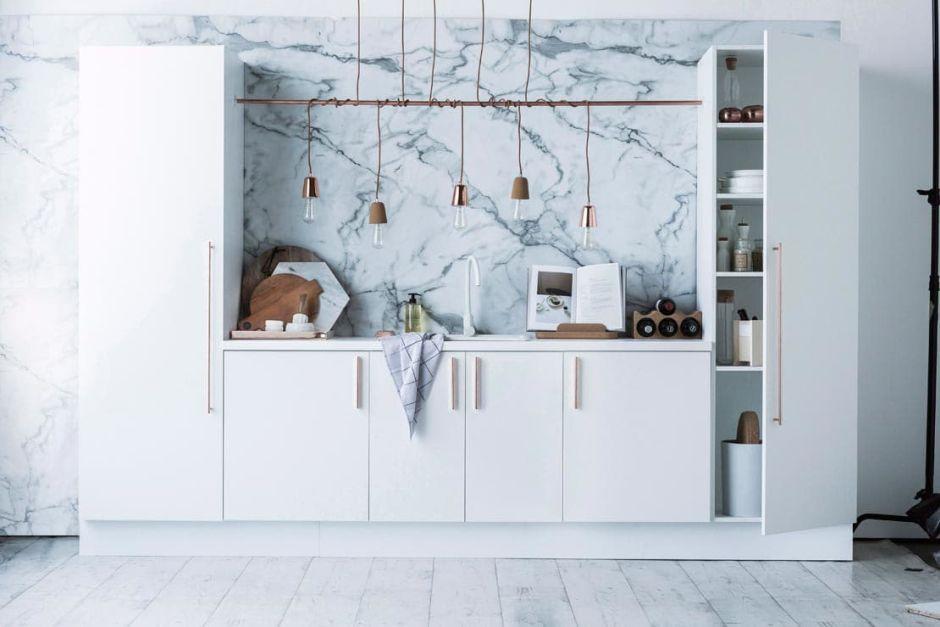 Mała Kuchnia Z Marmurem Na ścianie I Białym Drewnem Na