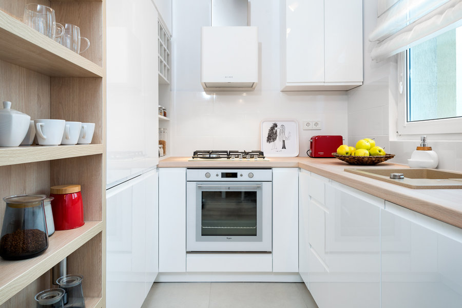 Mała Kuchnia W Bloku Z Białymi Szafkami I Drewnianym Blatem