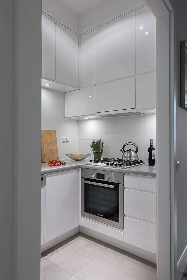 Mała Kuchnia W Bloku Z Szafkami Bezuchwytowymi Mała