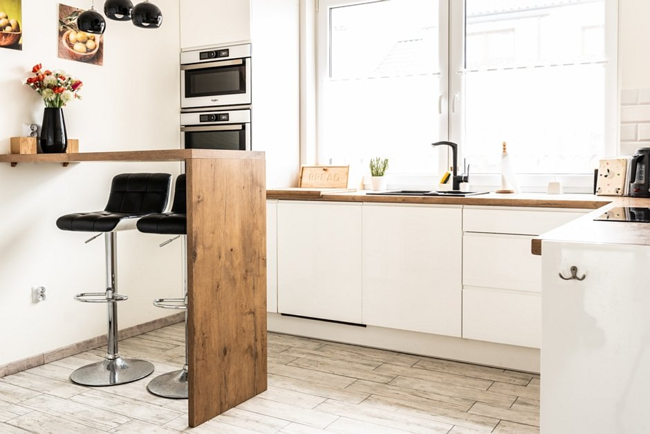 Mały barek kuchenny w aranżacji kuchni