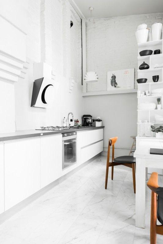 Marmur na podłodze w białej kuchni
