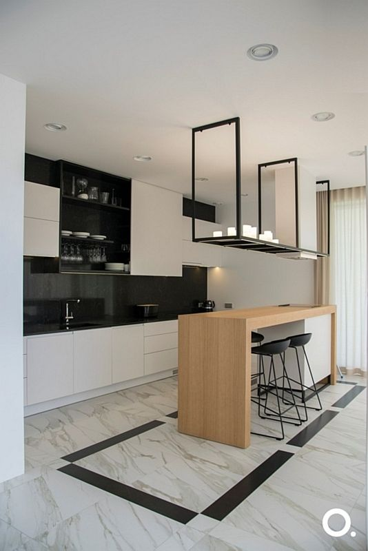 Marmurowa podłoga w kuchni w kolorach bieli, czerni i drewna