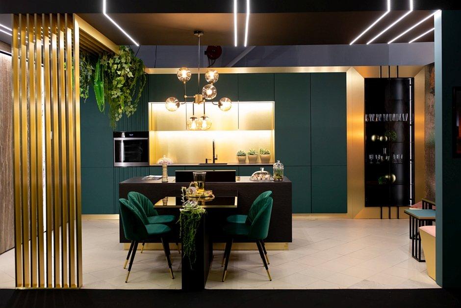 Meble w kolorze złota i butelkowej zieleni w kuchni