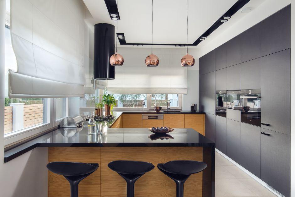 Metalowe Lampy Nad Półwyspem W Kuchni Z Czarnymi