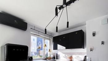 Aranżacja czarnej kuchni z lodówką SMEG w stylu retro