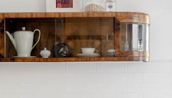 Białe kafle na ścianie w kuchni