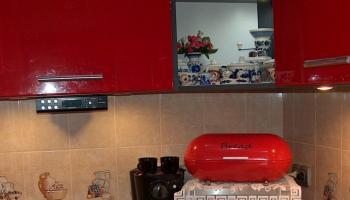 Czerwone lakierowane fronty mebli kuchennych