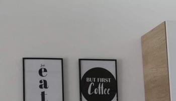 Dekoracyjne plakaty na ścianie w kuchni
