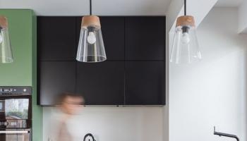 Lampy ze szklanymi kloszami nad półwypem