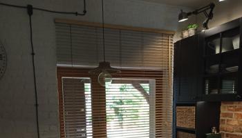Okno w kuchni z drewnianą żaluzją