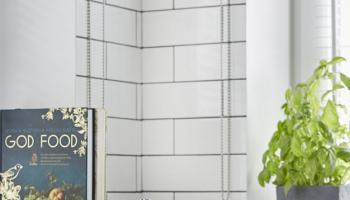Płytki cegiełki na ścianie w kuchni