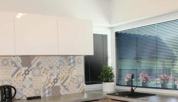 Płytki patchwork na backsplashu w kuchni