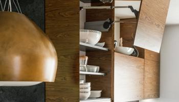 Składany front górnej szafki w kuchni