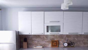 Zabudowa kuchni z jasnymi i ciemnymi frontami