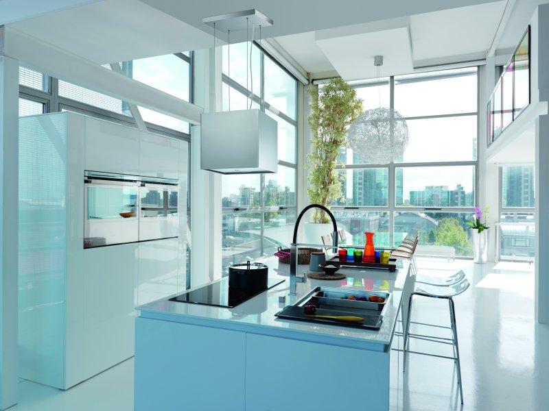 Biała kuchnia z okapem Franke  kuchnia otwarta na salon   -> Kuchnia Z Okapem