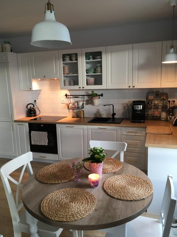 Aranżacje Kuchni Zdjęcie Okrągły Stół Z Białymi Krzesłami