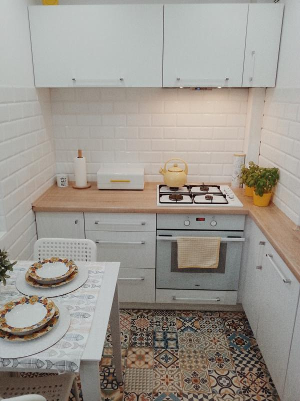 Oświetlenie Małej Kuchni Z Płytkami Patchwork Na Podłodze