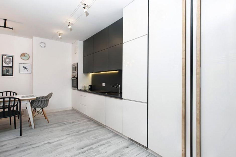 Panele na podłodze w otwartej kuchni