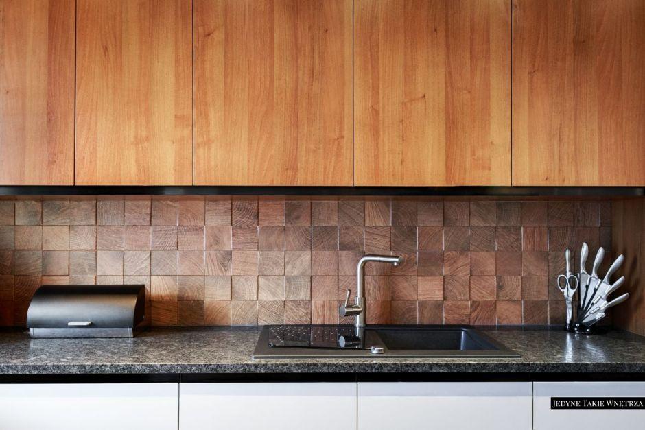 Płytki 3D imitujące drewno na backsplashu w kuchni