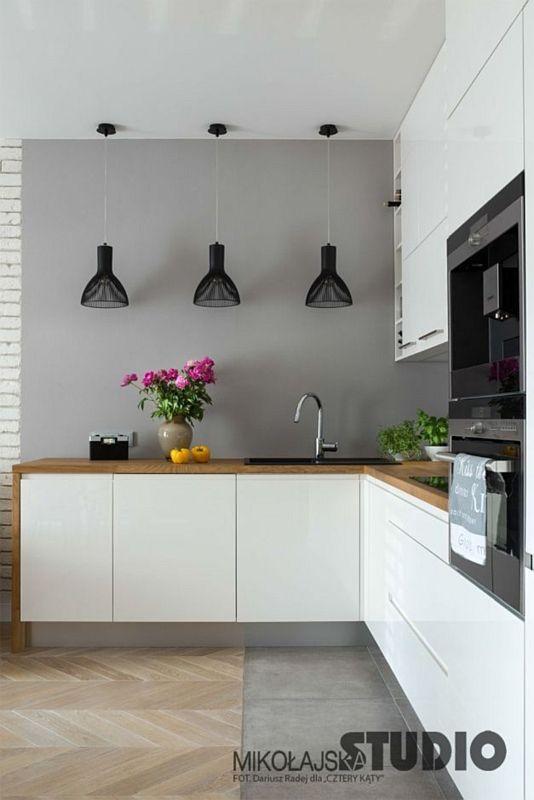 Płytki drewnopodobne na podłodze w kuchni otwartej