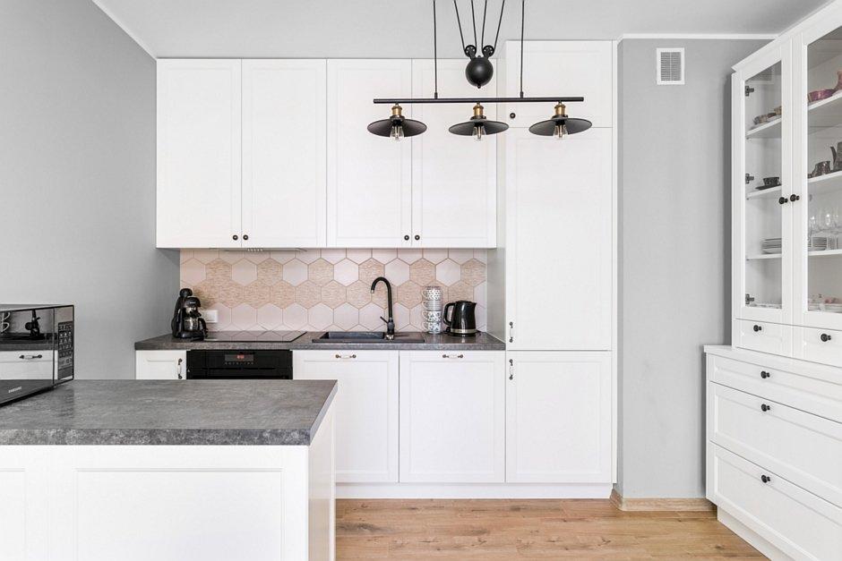 Płytki drewnopodobne na podłodze w kuchni
