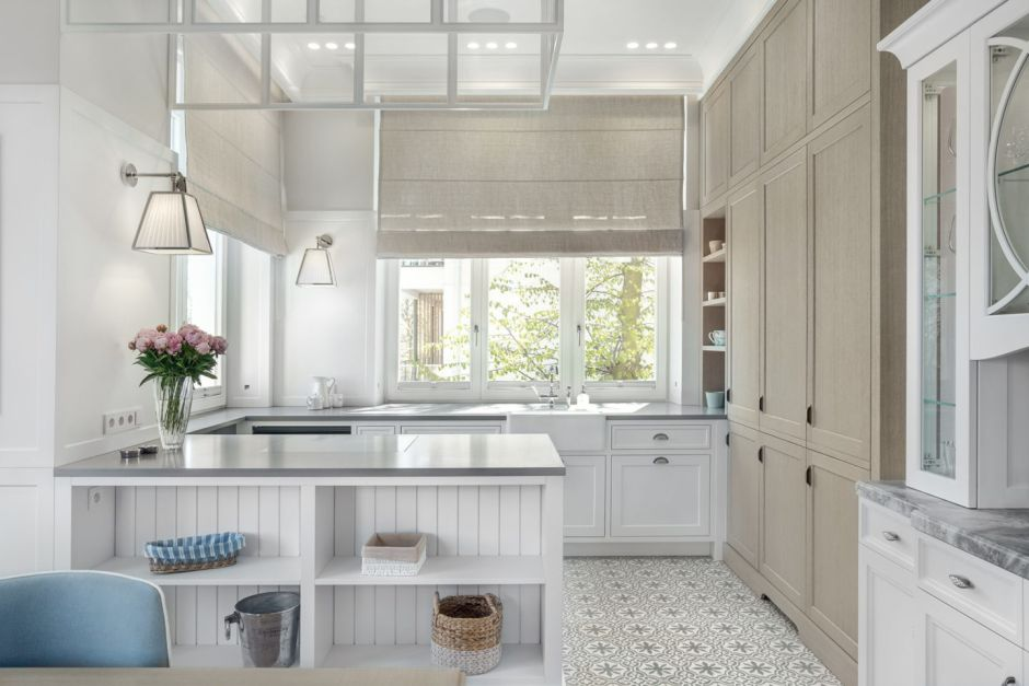 Płytki patchwork na podłodze w kuchni w stylu marynistycznym