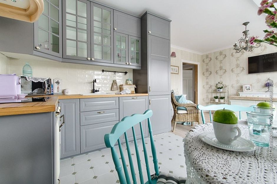 Płytki w stylu retro na podłodze w kuchni