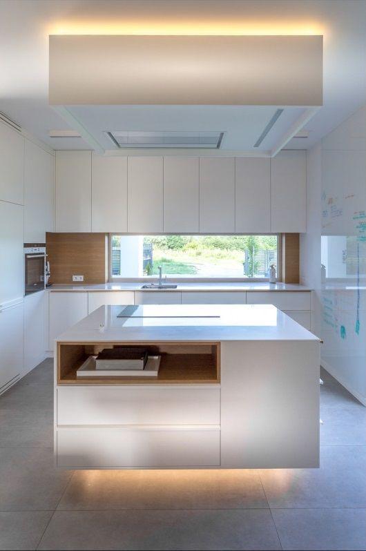 Płytki wielkoformatowe na podłodze w kuchni z wyspą