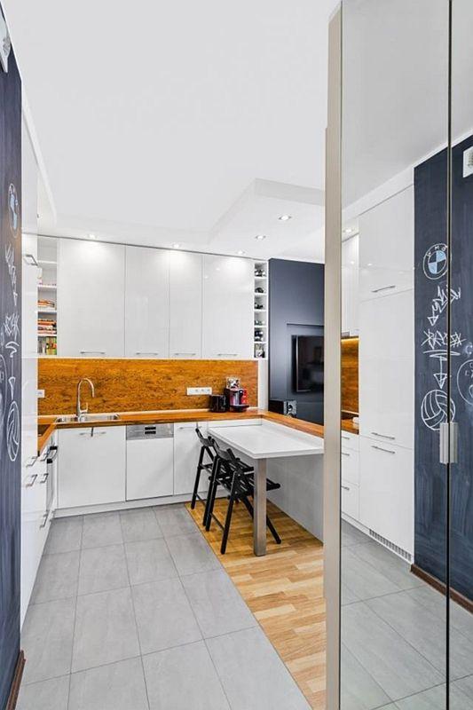 Połączenie drewna i płytek na podłodze w kuchni
