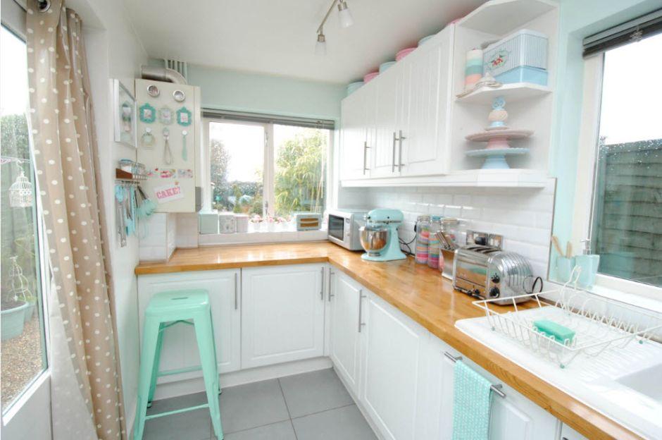 Pudrowe Dodatki W Białej Kuchni W Stylu Retro Kuchnia W Stylu