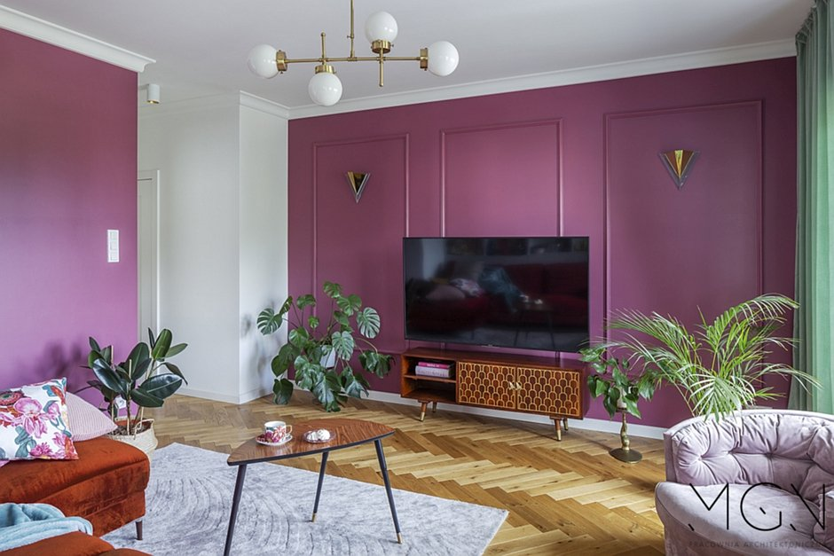 Różowa ściana za telewizorem w salonie