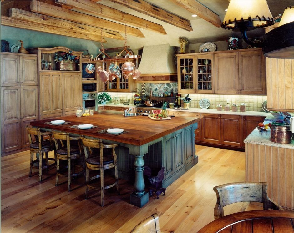 Rustykalne hokery w dużej kuchni