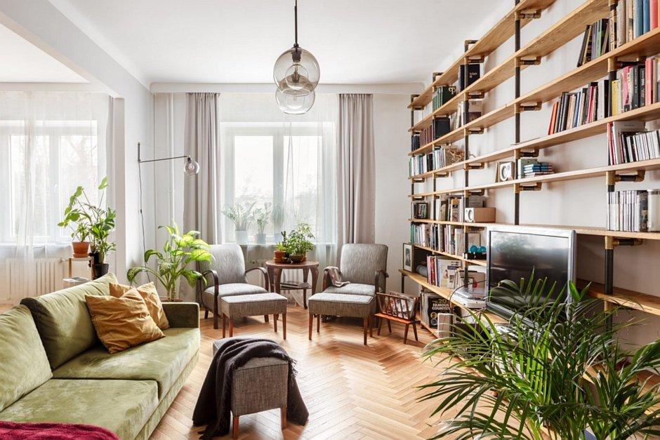 Salon z otwartymi półkami na ścianie