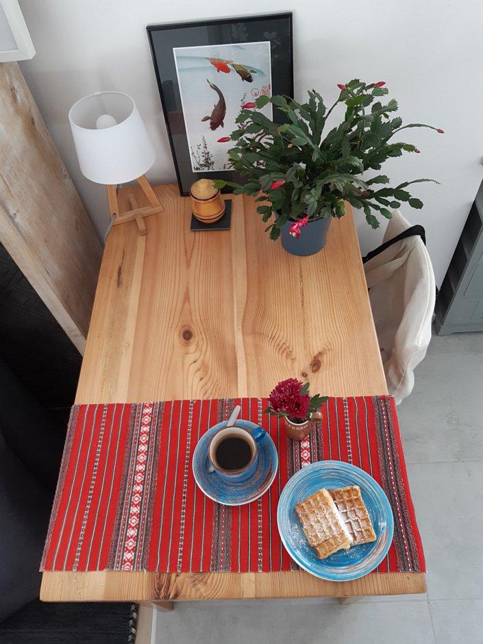 Stary sosnowy stół