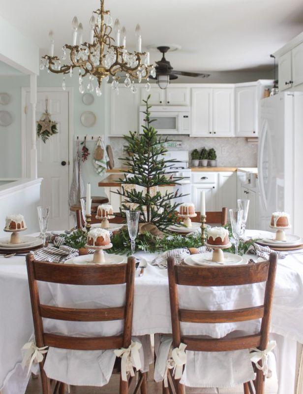 świąteczne Dekoracje Stołu W Jadalni Z Drewnianymi Krzesłami