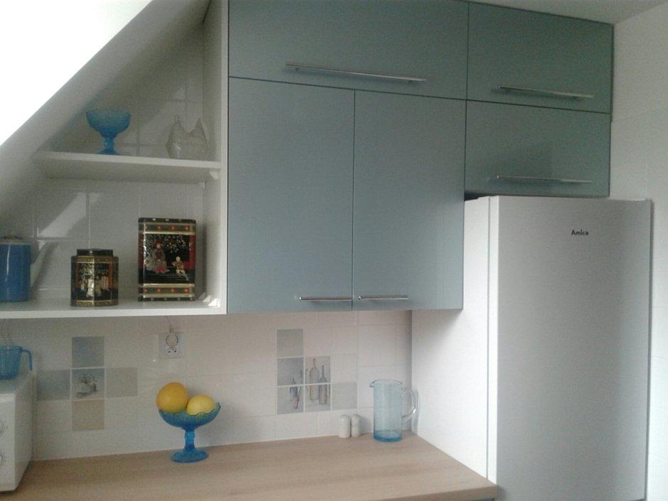 Szafki z metalowymi uchwytami w kuchni na poddaszu