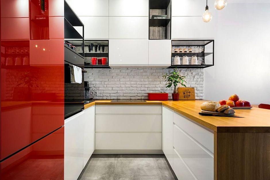 Szara podłoga w kuchni z białą cegłą na ścianie