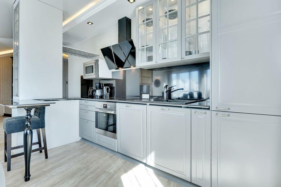 Szare meble kuchenne oraz czarny okap kominowy w kuchni   -> Kuchnia Meble Szare