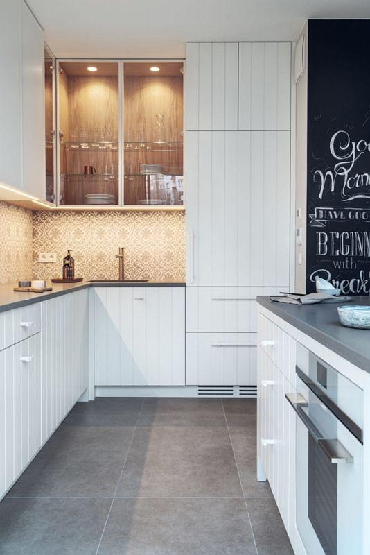 Szare płytki na podłodze w kuchni z backsplashem z płytek patchwork