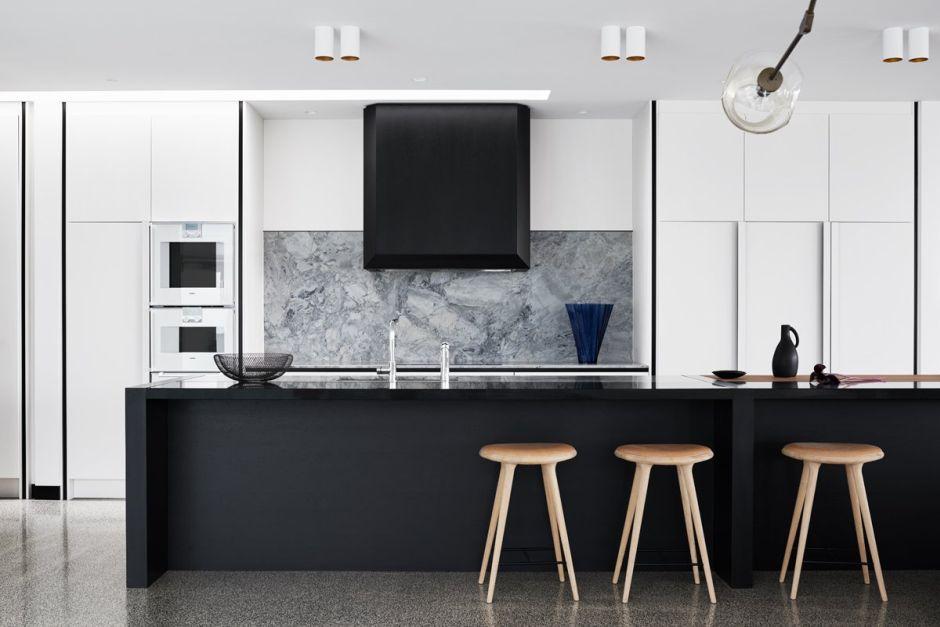 Szary Marmur Na ścianie W Kuchni Z Dużym Okapem Kominowym