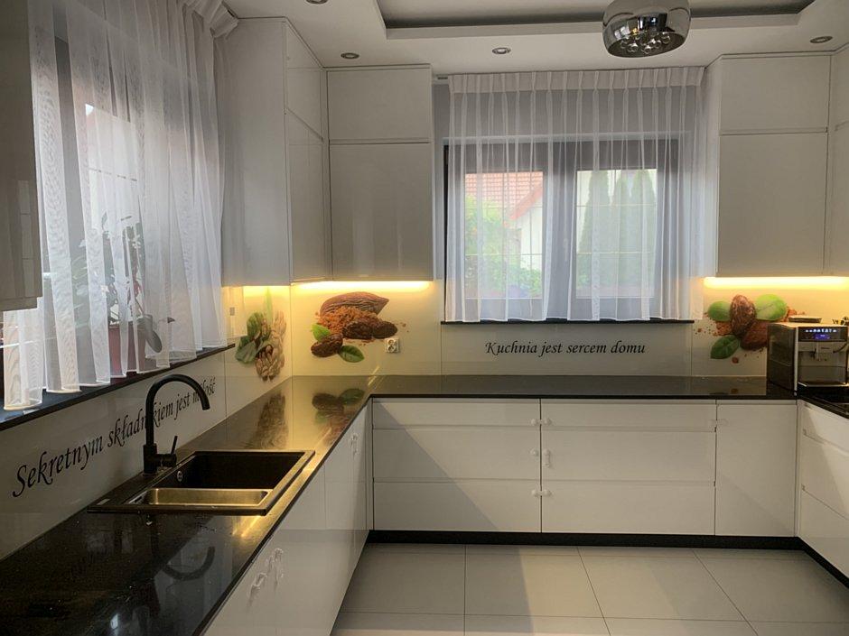 Szkło z grafiką na backsplashu w kuchni