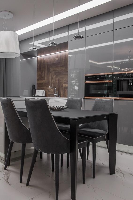 Aranżacje Kuchni Zdjęcie Tapicerowane Ciemne Krzesła W