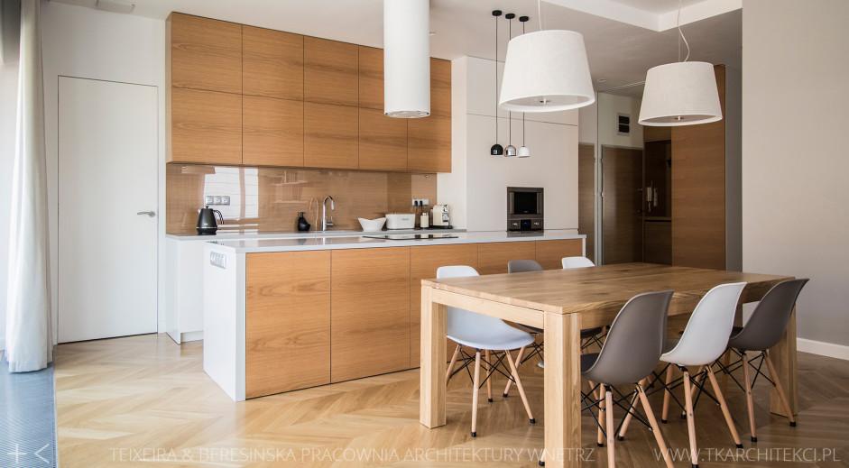 Drewniane Fronty Szafek Bezuchwytowych W Kuchni Z Wyspą Drewno W