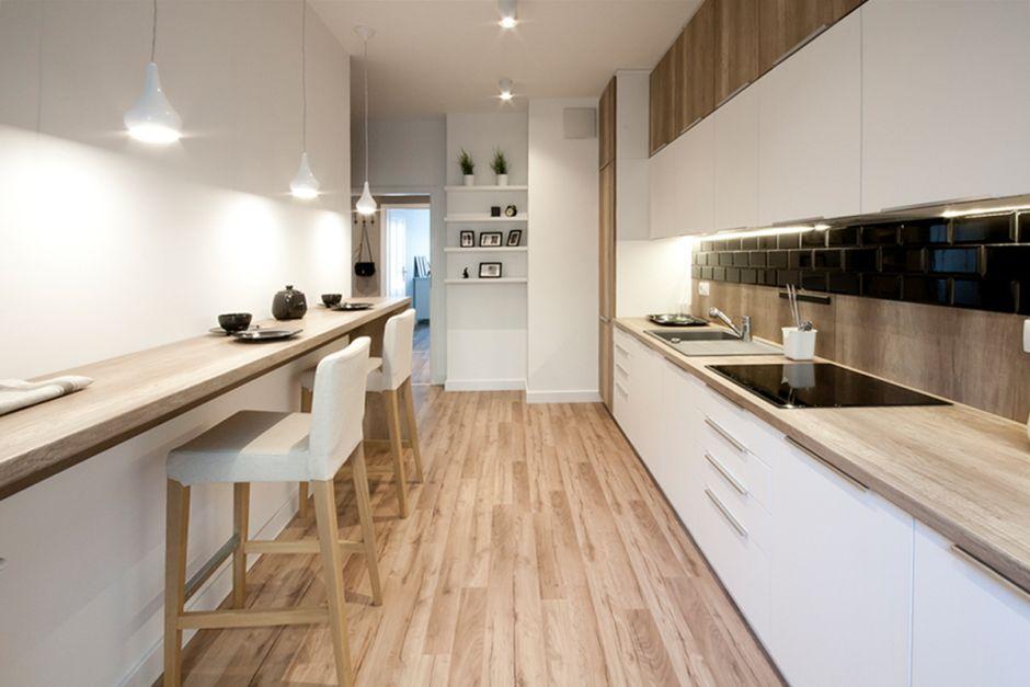 Waska Kuchnia W Bieli I Drewnie Drewno W Kuchni Inspiracje