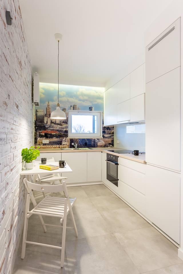 Wąska kuchnia z małym oknem - Kuchnia z fototapetą - kuchnie projektantów - aranżacje kuchni ...
