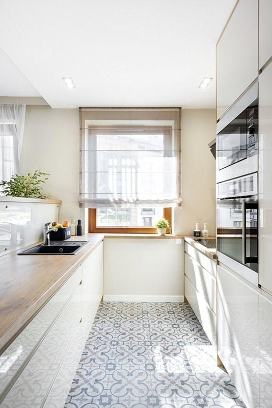 Wąska kuchnia z płytkami patchwork na podłodze