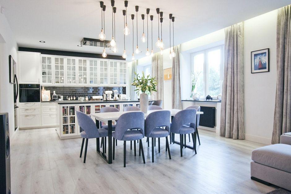 Welurowe Tapicerowane Krzesła W Aranżacji Kuchni Otwartej Na