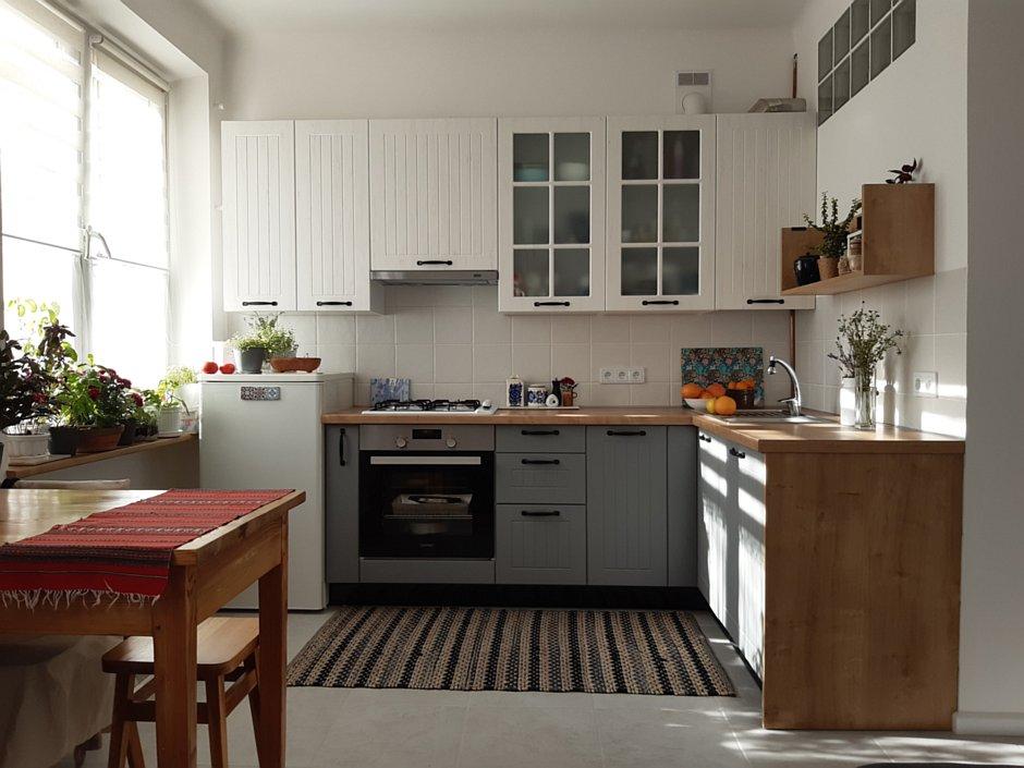 Widok z salonu na małą kuchnię