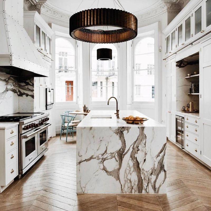 Wyspa Kuchenna Z Marmuru W Kuchni Z Drewnem Na Podłodze